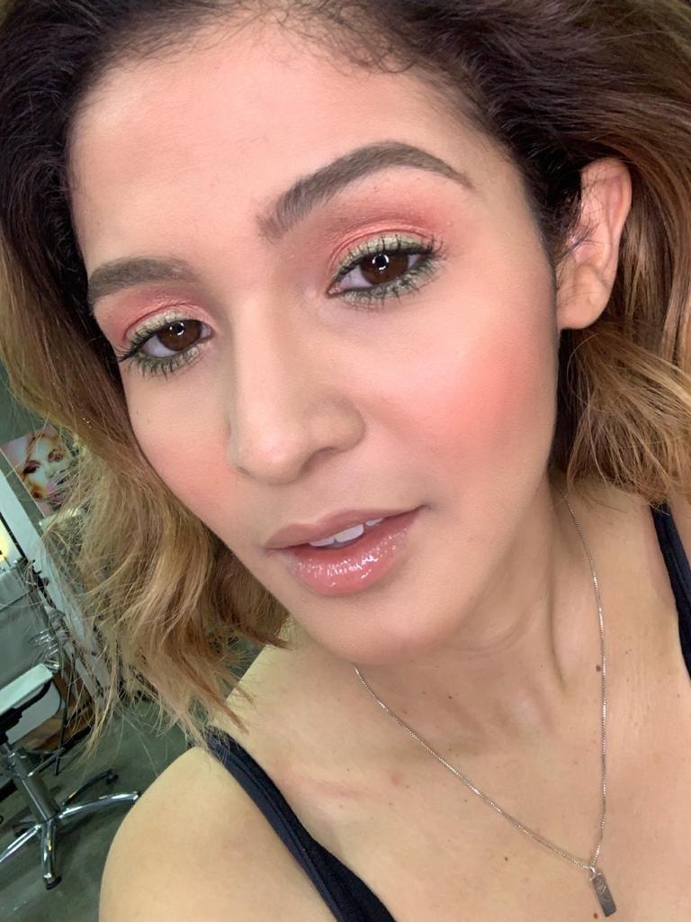 Maquiagem colorida com sombra rosa e detalhe verde finalizada