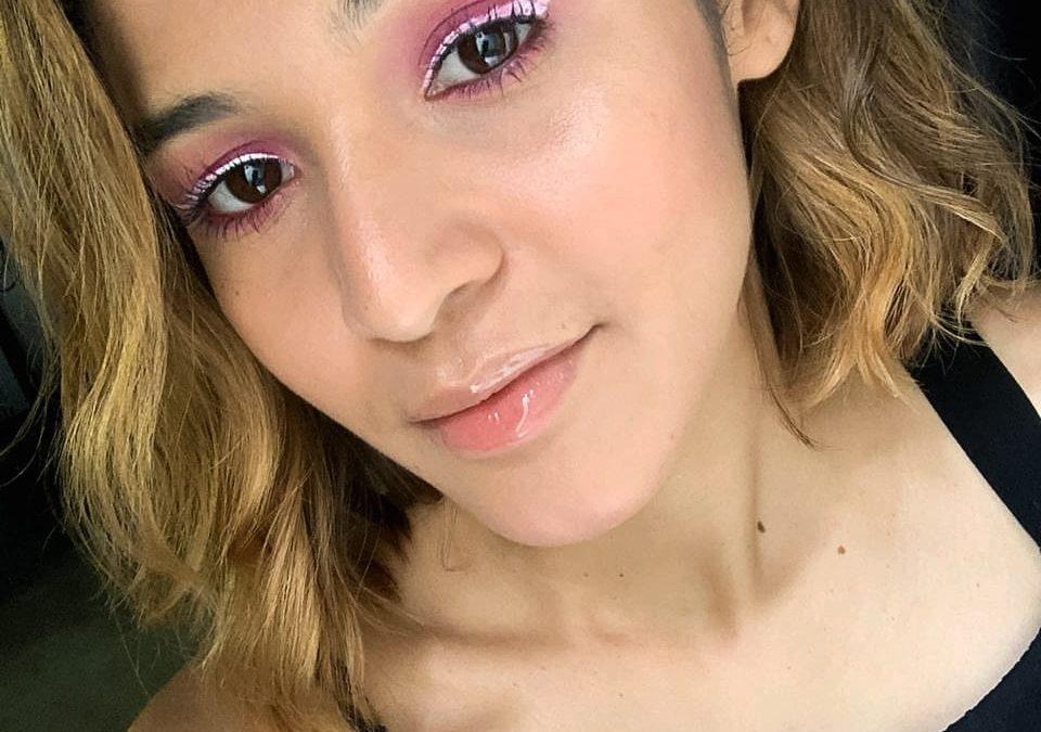 Maquiagem rosa com delineador branco