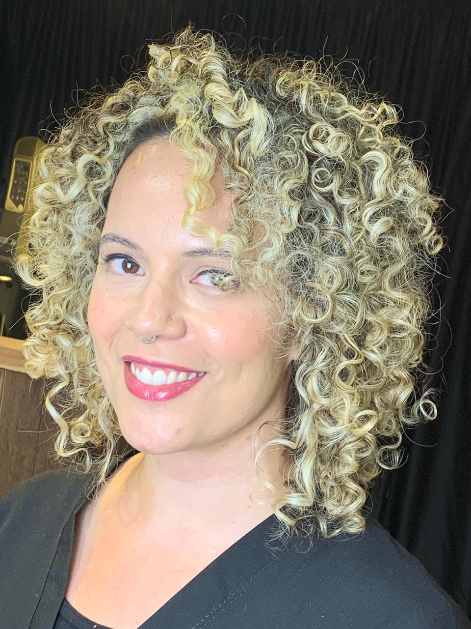 Reconstrução para cabelos loiros