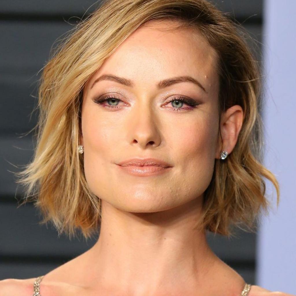 Mulher com formato de rosto trapezoidal